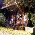 676 Heitzemebauer Erwin Bonath beim Sägisdengle vor der Hofmühle