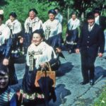 677 Gelbacher auf dem Weg zur Pfarrkirche und zu einer Hochzeit