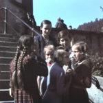 016 Mädchen auf der Kirchentreppe um 1945