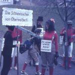 """060 Fasnetsumzug um 1970 mit dem Thema """"Schneesucher"""""""