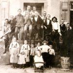 """072 Fröhliche Gesellschaft vor dem """"Posthörnle"""" um 1900"""