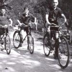 088 Mit dem Fahrrad zum Fußballspiel um 1938