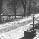 095 Öffentlicher Brunnen zwischen der Bäckerei Reinauer (heute Leist) und dem Schulhaus (heute Volksbank) im Ortsteil Kirche