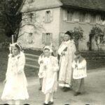 121 Abholen der Kommunionkinder am Schulhaus