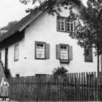 129 Grünach Viktoria Dieterle, geb. Müller, vor ihrem Haus auf Grünach 1926