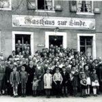 """201 Grieshaber Belegschaft vor der """"Linde"""""""