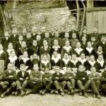 235 Schüler an der Walke wohl mit Lehrer Stolzer um 1925