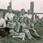 284 Mädchengruppe um 1940 am Friedhof