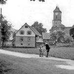 331 Aufnahme von 1932 mit Blick auf Kirchenbauernhof und Dorfkirche