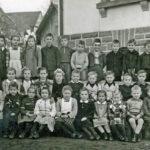 383 Schüler des Jahrgangs 1941 an der Schule Walke mit Lehrer Hans König um 1950