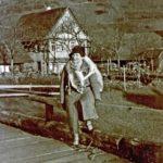 402b Frau Bächler, Ehefrau des Lehrers Hans Bächler an der Walke, um 1950 auf der Grünachbrücke