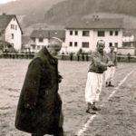 554b Fastnächtliches Fußballspiel um 1960: Anstoß durch Hochwürden Pfarrer Anton Rapp