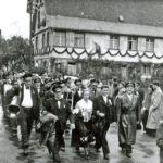 563 Festumzug um 1960 mit vorn in der Bildmitte Anna Mayer, geb. Armbruster.