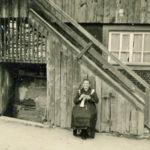 569 Cäcilia Maulbetsch vor ihrem Haus im Frohnbach um 1950