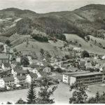 632 Ansichtskarte um 1960 mit Blick auf Sportplatz Kirche und Fronbach