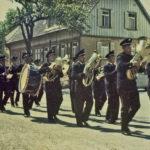639 Musikkapelle Oberwolfach um 1960 bei einem Hochzeitszug